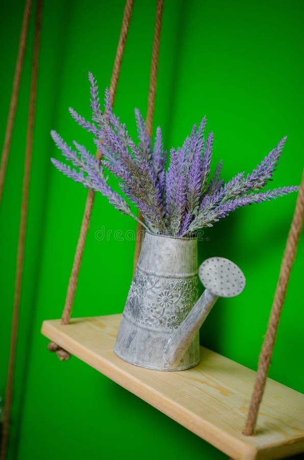 Blumenstrauß des Lavendels blüht in der Gießkanne über grünem Hintergrund lizenzfreie stockbilder