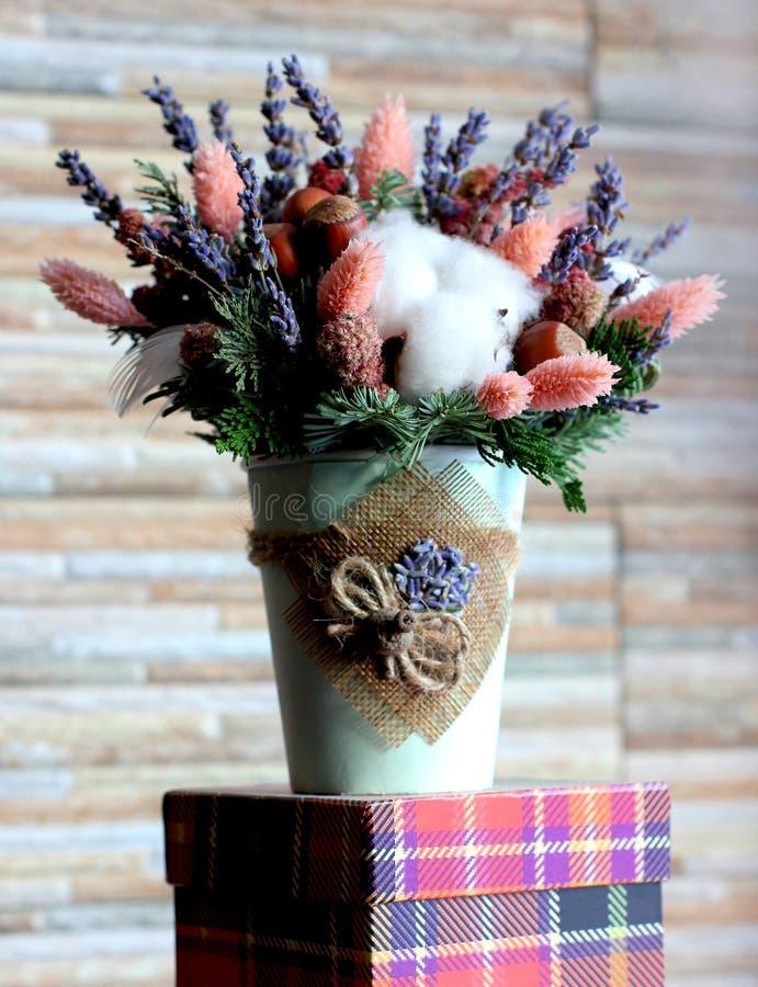 Blumenstrauß des Lavendels, der rosa Blumen, der Tannenzweige, der Haselnüsse und des c lizenzfreie stockfotografie