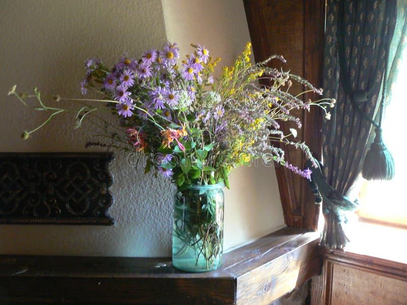 Blumenstrauß des Sommers blüht in den Strahlen des Lichtes vom Fenster lizenzfreies stockfoto