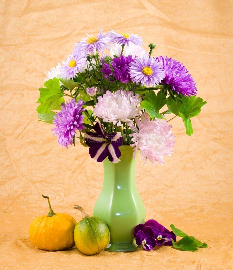 Blumenstrauß in einem grünen Vase stockbild