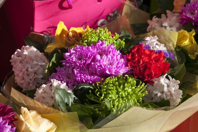 Blumenstrauß einer Braut von den weißen Hyazinthen, eine grüne Chrysantheme, eine gelbe Orchidee lizenzfreies stockfoto