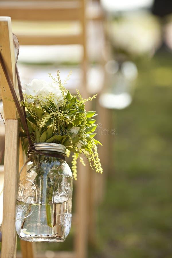 Blumenstrauß im Glas an der Hochzeit lizenzfreies stockbild
