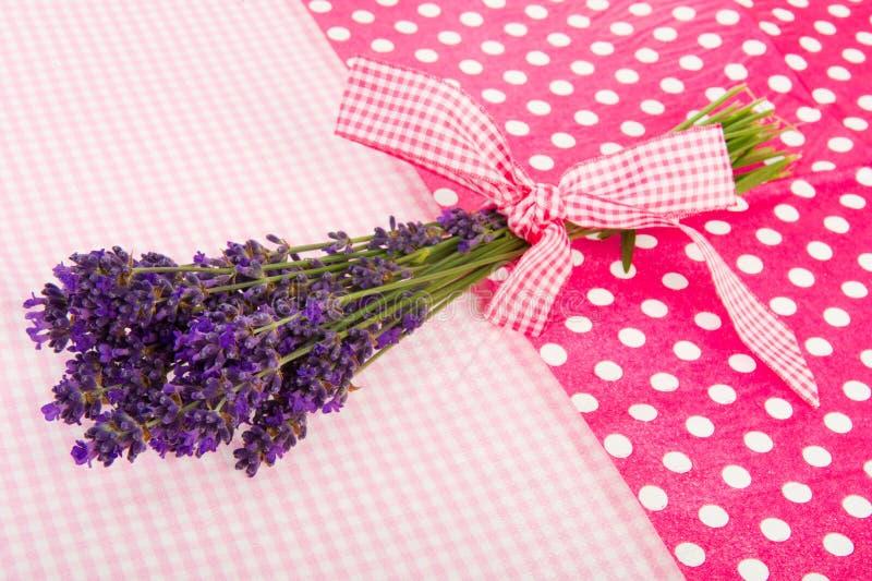 Blumenstrauß-Lavendel auf punktiertem Hintergrund lizenzfreie stockbilder