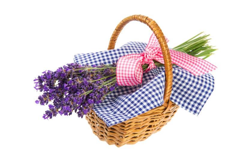 Blumenstrauß-Lavendel im Korb lizenzfreie stockbilder