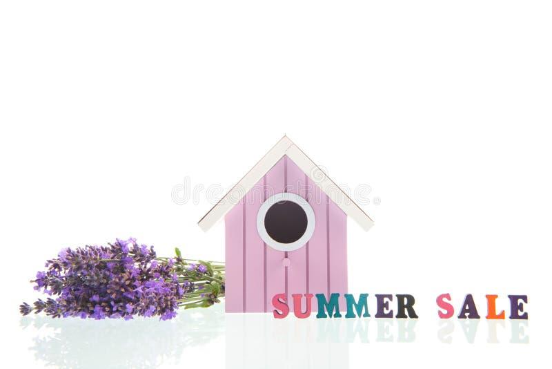 Blumenstrauß-Lavendel mit Vogelhaus auf weißem Hintergrund stockfoto