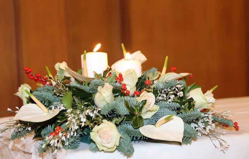 Blumenstrauß Mit Callalilien, Weißen Blumen Und Stechpalme Auf Dem ...