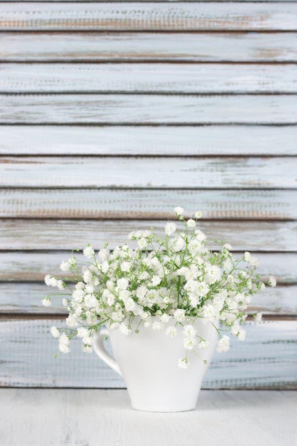 Blumenstrauß mit Holzläden stockbild