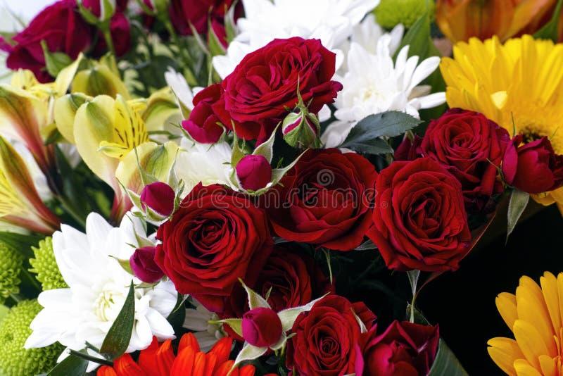Blumenstrauß mit roten Rosen, Chrysanthemen und Gerberas lizenzfreies stockbild