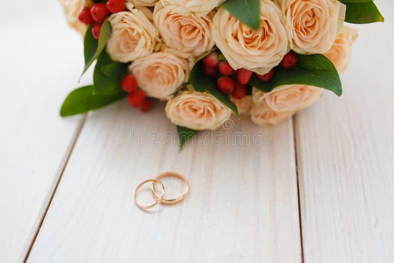 Blumenstrauß mit schönen Rosen und Eheringen stockfoto