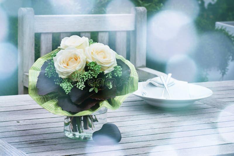 Blumenstrauß mit weißen Rosen lizenzfreie stockfotos