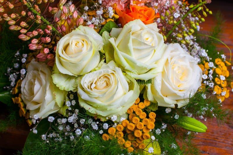 Blumenstrauß mit weißen Rosen lizenzfreies stockbild