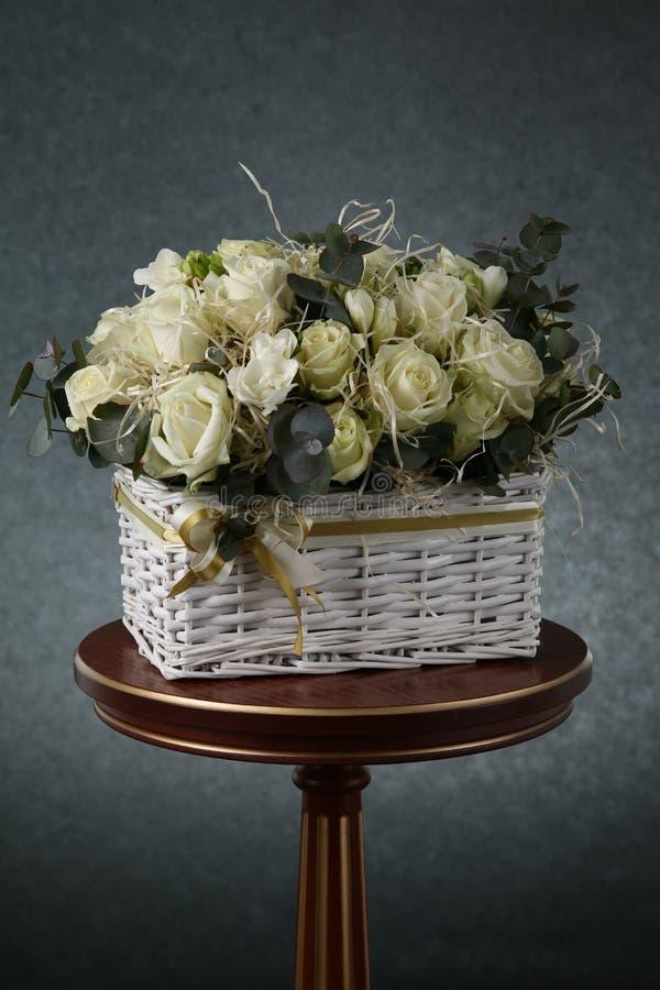 Blumenstrauß mit weißen Rosen und dekorativem Stroh stockfotografie