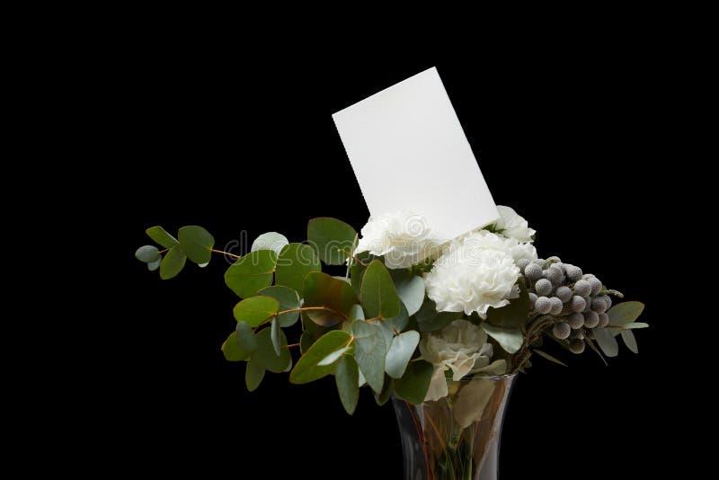 Blumenstrauß mit weißer Karte stockfotografie