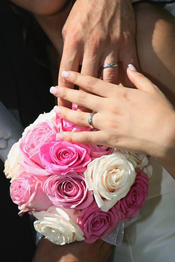 Blumenstrauß Und Hände Stockfoto