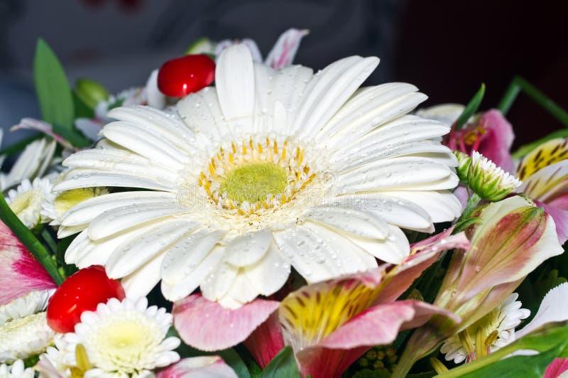 Blumenstrauß und rote Herzen lizenzfreie stockfotografie
