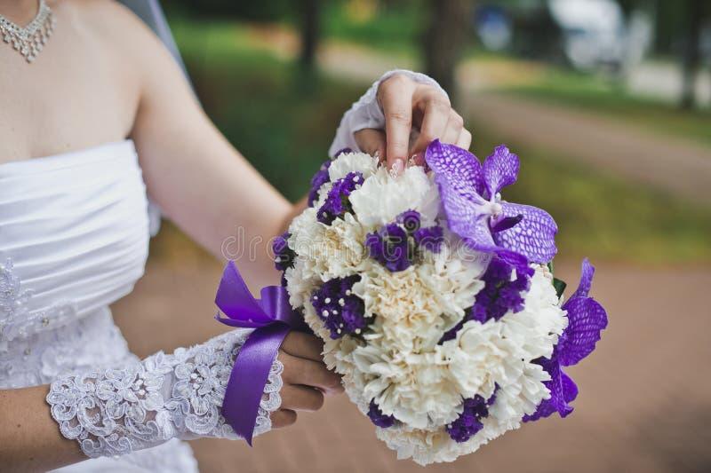 Blumenstrauß vom weißen und violetten Fluss stockbild