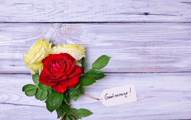 Blumenstrauß von blühenden Rosen mit einem Papiertag lizenzfreies stockfoto