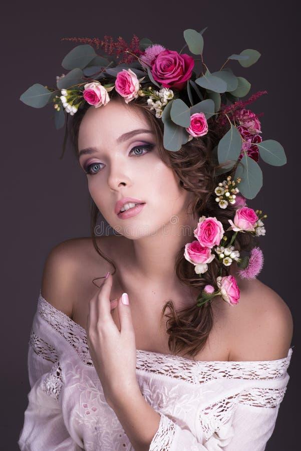 Blumenstrauß von Blumen auf dem schönen Hauptmädchen lizenzfreie stockbilder