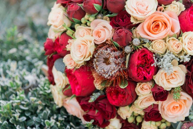 Blumenstrauß von Blumen Das bride& x27; s-Blumenstrauß Hände der Braut und des Bräutigams Floristics stockfoto