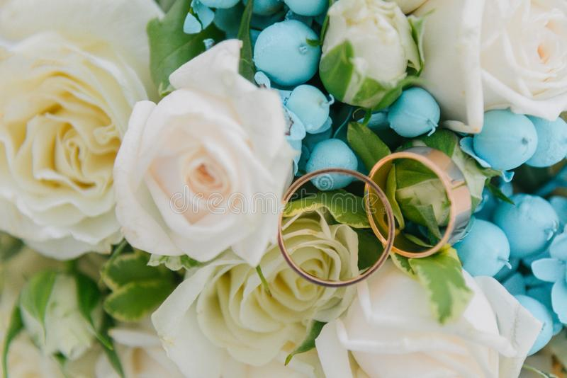 Blumenstrauß von Blumen Das bride' s-Blumenstrauß Hände der Braut und des Bräutigams Floristics Heller weißer Hintergrund lizenzfreie stockbilder