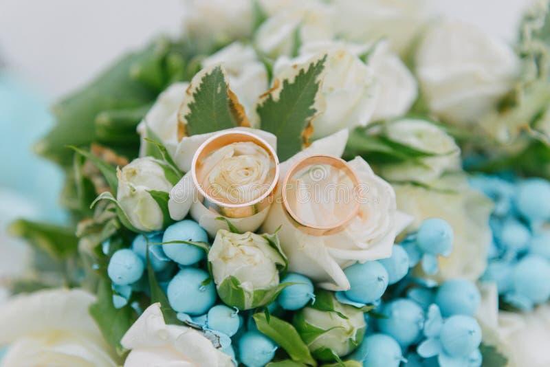Blumenstrauß von Blumen Das bride' s-Blumenstrauß Hände der Braut und des Bräutigams Floristics Heller weißer Hintergrund stockbilder
