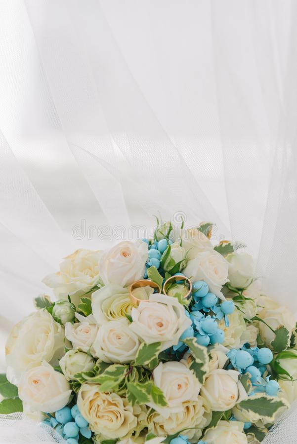 Blumenstrauß von Blumen Das bride' s-Blumenstrauß Hände der Braut und des Bräutigams Floristics Heller weißer Hintergrund stockbild