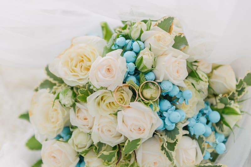 Blumenstrauß von Blumen Das bride' s-Blumenstrauß Hände der Braut und des Bräutigams Floristics Heller weißer Hintergrund stockfoto