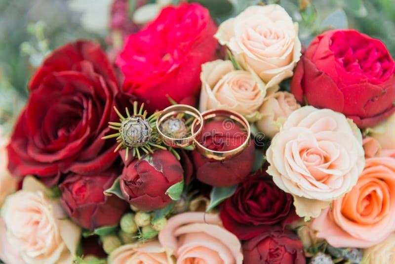 Blumenstrauß von Blumen Das bride& x27; s-Blumenstrauß Hände der Braut und des Bräutigams Floristics Heller weißer Hintergrund lizenzfreie stockfotos