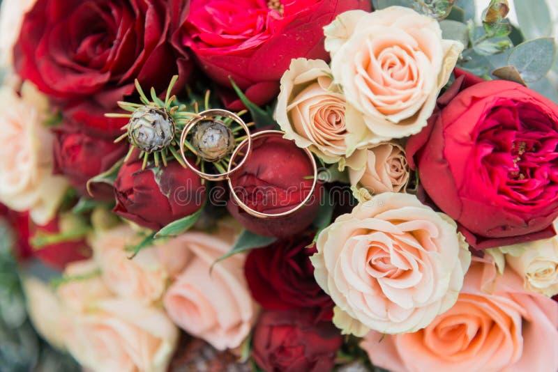 Blumenstrauß von Blumen Das bride& x27; s-Blumenstrauß Hände der Braut und des Bräutigams Floristics Heller weißer Hintergrund lizenzfreies stockfoto