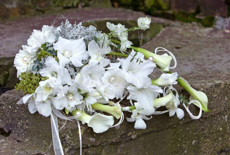 Blumenstrauß von Blumen in den hellen Farben für die Hochzeitszeremonie stockbild