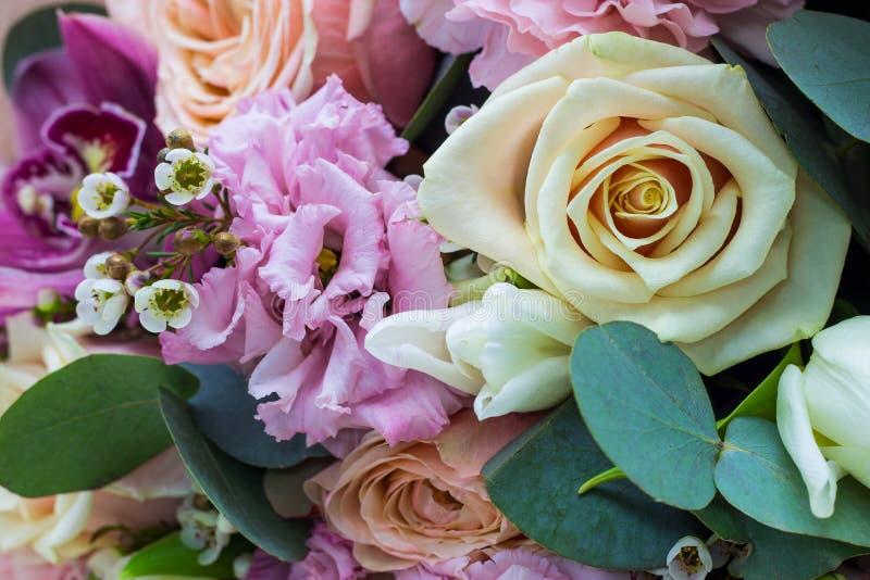Blumenstrauß von Blumen in den leichten Tönen nah herauf Blumenhintergrund stockbild