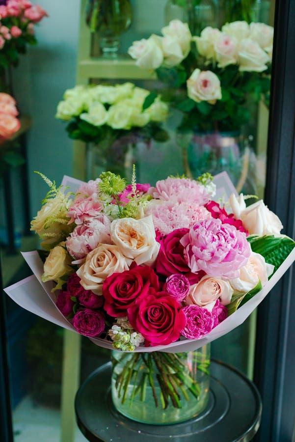 Blumenstrauß von Blumen von der Anemone stieg Ranunculus mattiola Tulpen-Eukalyptus Narzisse für eine Hochzeit oder einen Feierta stockfoto