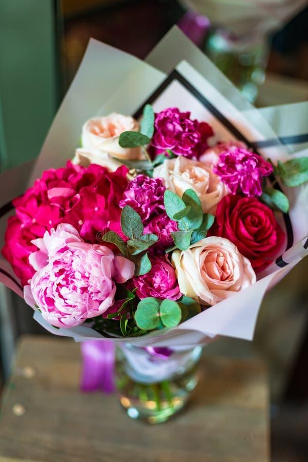 Blumenstrauß von Blumen von der Anemone stieg Ranunculus mattiola Tulpen-Eukalyptus Narzisse für eine Hochzeit oder einen Feierta stockbilder
