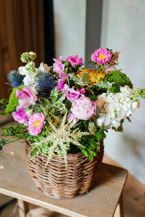 Blumenstrauß von Blumen von der Anemone stieg Ranunculus mattiola Tulpen-Eukalyptus Narzisse für eine Hochzeit oder einen Feierta lizenzfreie stockfotos