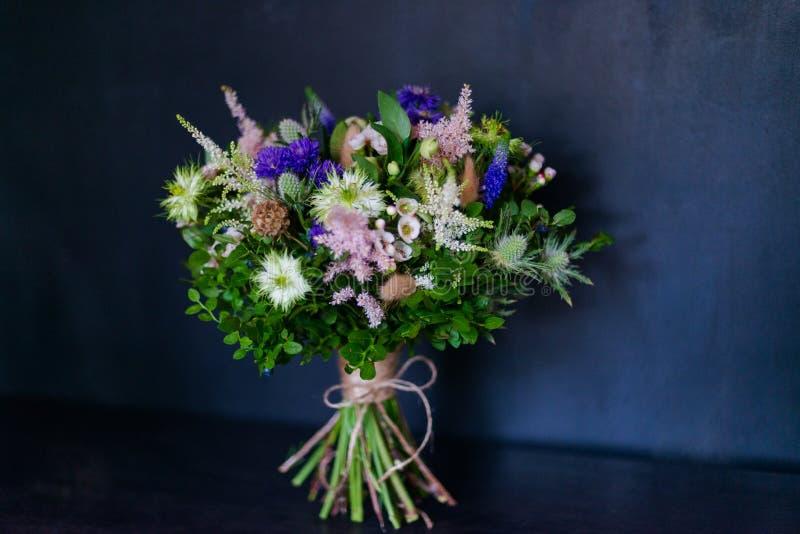 Blumenstrauß von Blumen von der Anemone stieg Ranunculus mattiola Tulpen-Eukalyptus Narzisse für eine Hochzeit oder einen Feierta lizenzfreie stockfotografie