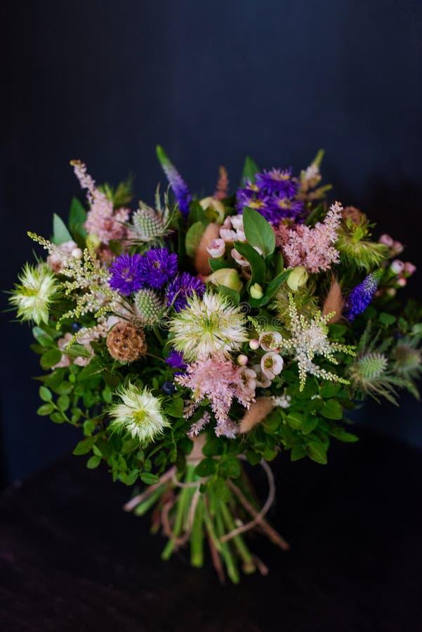 Blumenstrauß von Blumen von der Anemone stieg Ranunculus mattiola Tulpen-Eukalyptus Narzisse für eine Hochzeit oder einen Feierta lizenzfreies stockbild