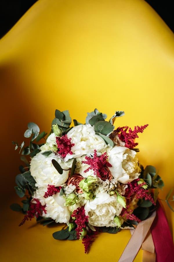 Blumenstrauß von Blumen in der rustikalen Art lizenzfreie stockbilder