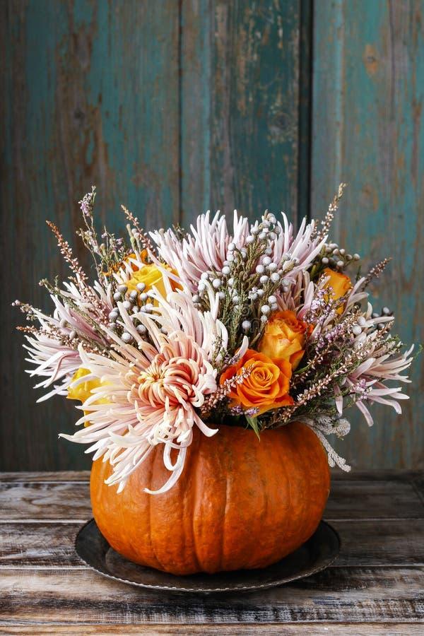 Blumenstrauß von Blumen im Kürbis lizenzfreies stockfoto