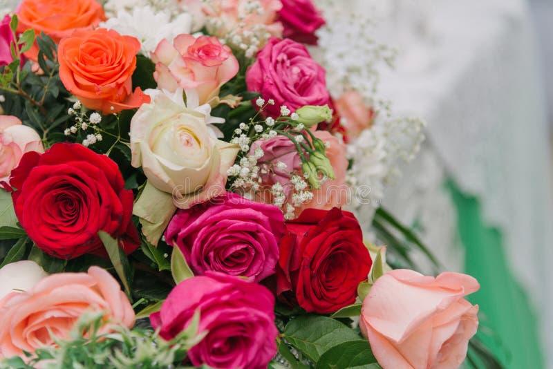 Blumenstrauß von Blumen Mehrfarbige Rosen Blumenstrauß der verschiedenen Blumen stockfotos