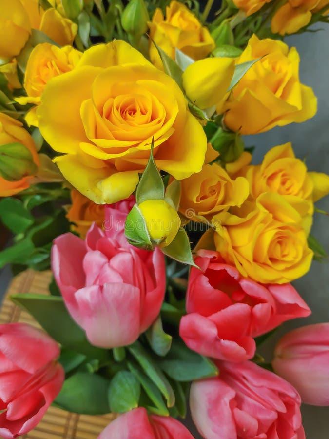Blumenstrauß von Blumenrosen und von zwei Tulpen in einem lizenzfreies stockbild
