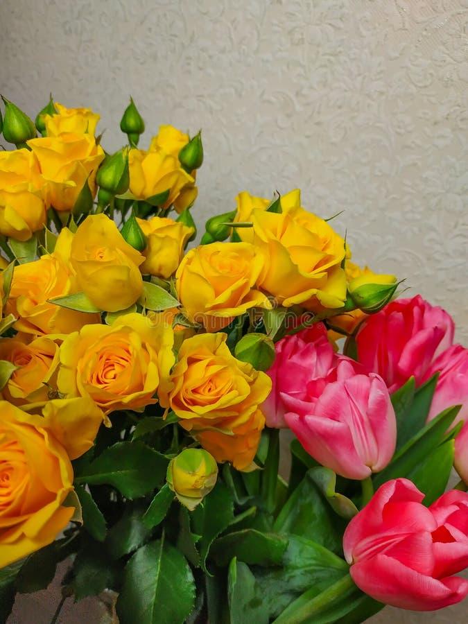 Blumenstrauß von Blumenrosen und von zwei Tulpen in einem stockbild