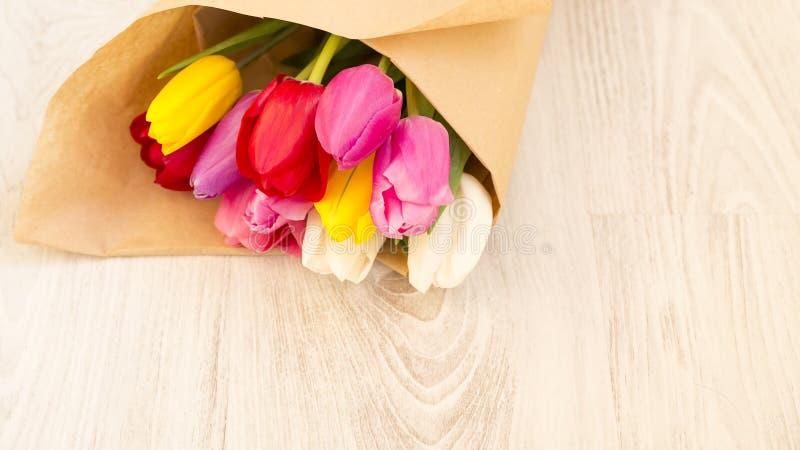 Blumenstrauß von bunten Tulpen des neuen Frühlinges stockfoto