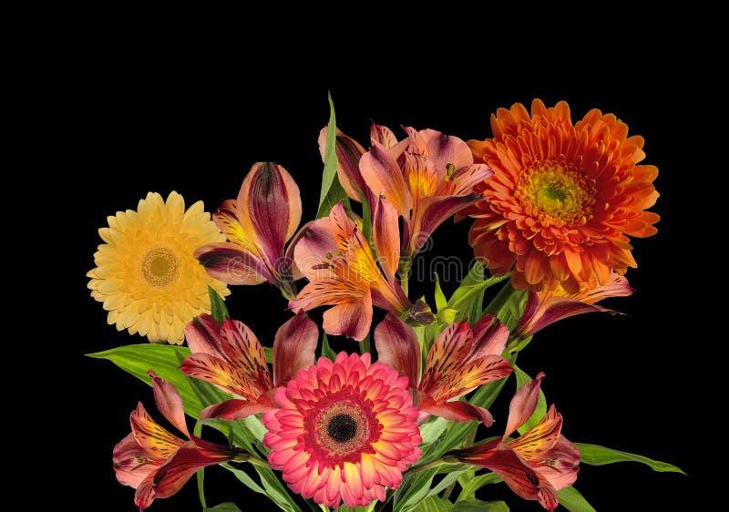 Blumenstrauß von den schönen orange und gelben Blumen lokalisiert auf Schwarzem lizenzfreies stockbild