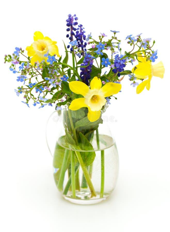 Blumenstrauß von Frühlingsblumen auf Weiß lizenzfreies stockfoto
