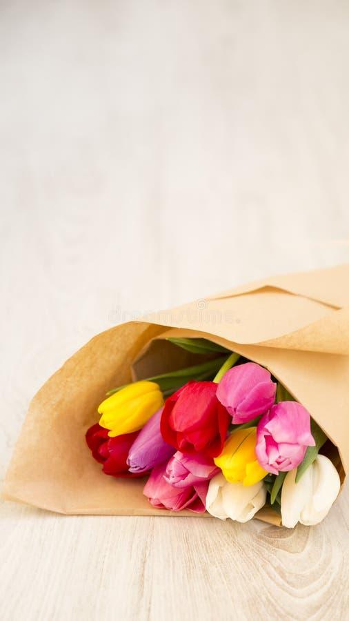 Blumenstrauß von frischen Frühlingstulpen lizenzfreie stockbilder