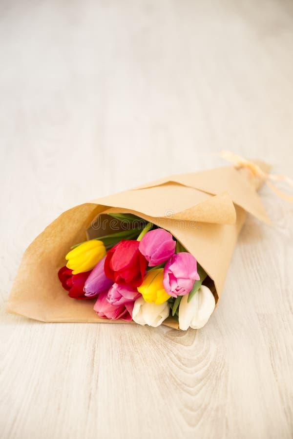 Blumenstrauß von frischen Frühlingstulpen stockfoto