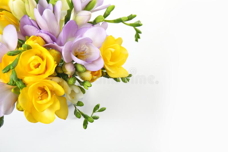 Blumenstrau? von frischen Freesieblumen auf wei?er, Draufsicht lizenzfreies stockfoto