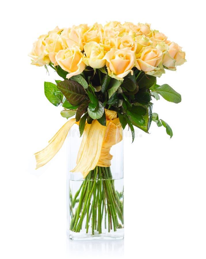 Blumenstrauß von gelben Rosen im Glasvase über Weiß stockfoto