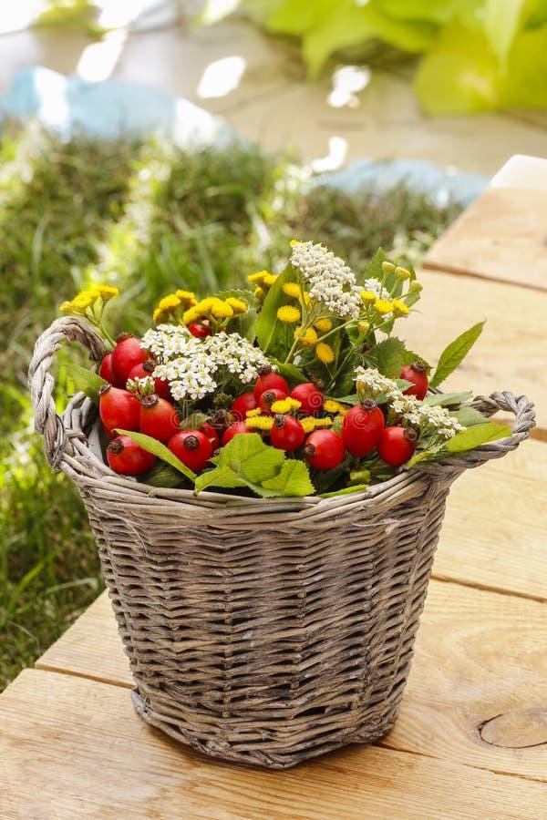 Blumenstrauß von Herbstpflanzen im Weidenkorb lizenzfreie stockfotografie