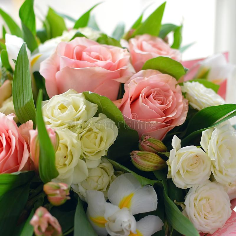 Blumenstrauß von leichten Blumen mit Rosen lizenzfreies stockfoto